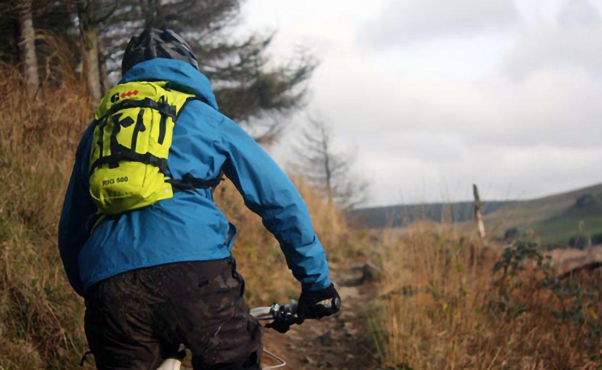 en-ruta-de-bicicleta-con-mochila